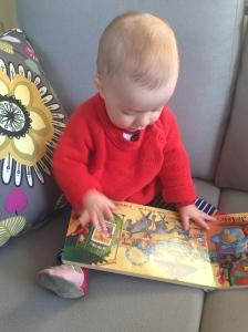 Petit Chat examine un nouveau livre - et j'en profite pour shower off notre nouveau sofa!